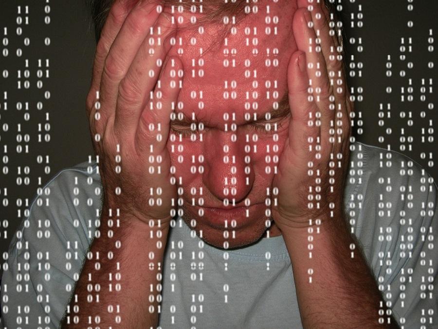遺品整理の際、故人の電子データの取扱いに悩む男性