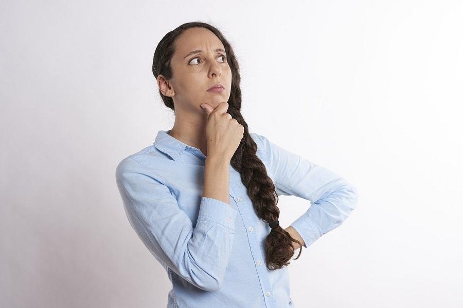 遺品整理を自分でするか、悩んでいる女性